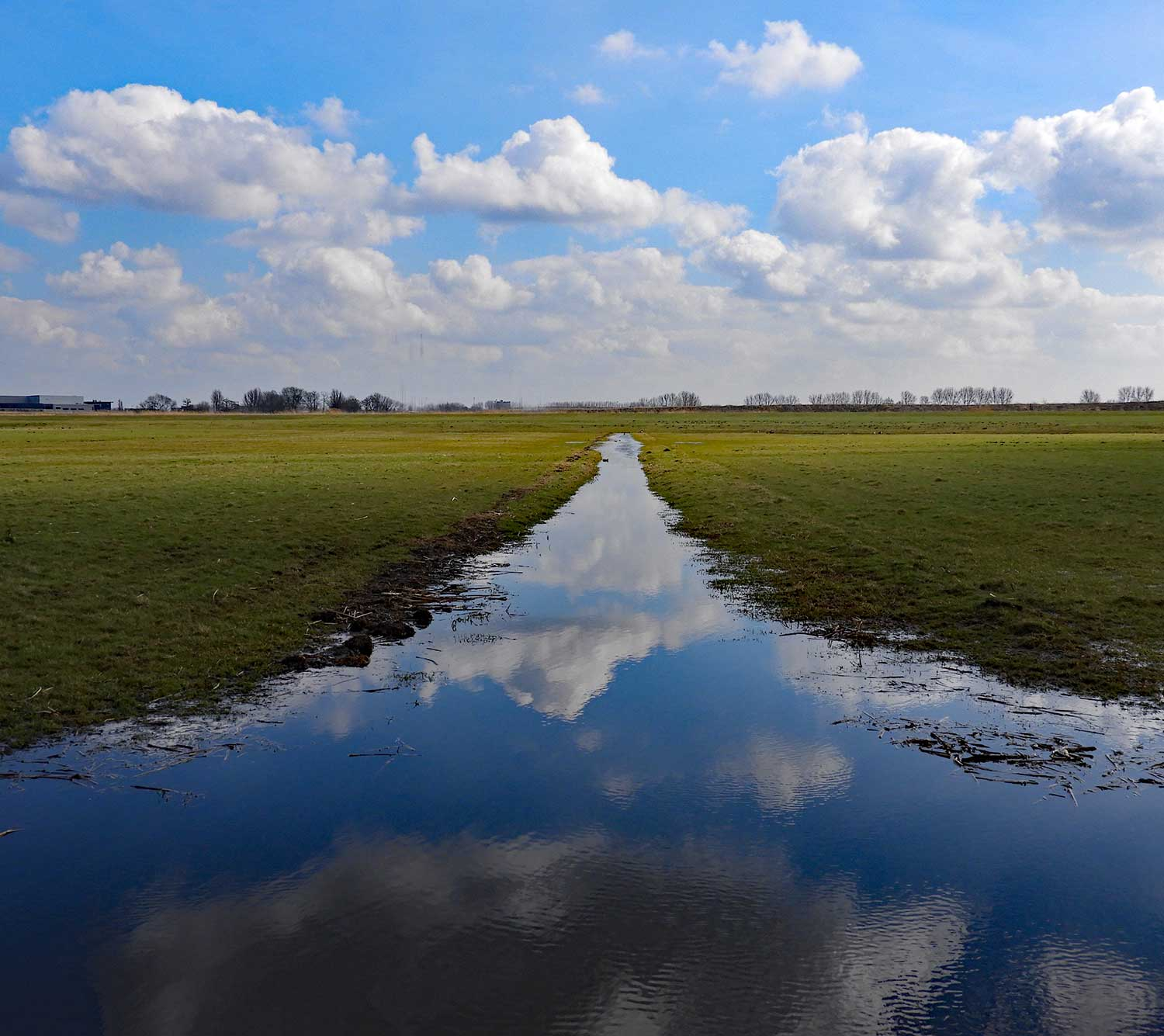 spiegeling wolken in water